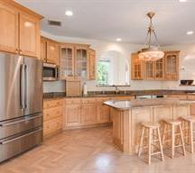 ENTERTAIN IN THIS BEAUTIFUL KITCHEN